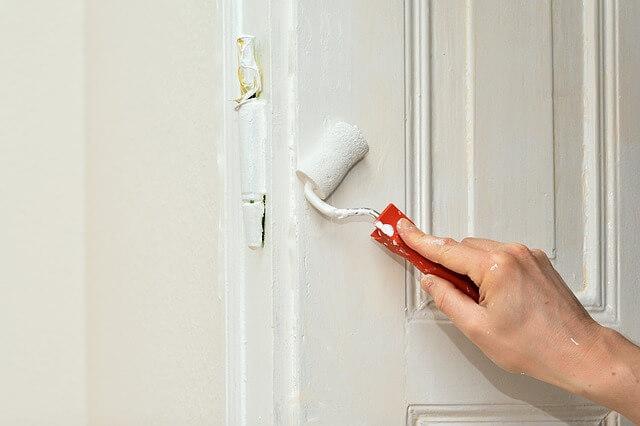 扉を塗り替えてる