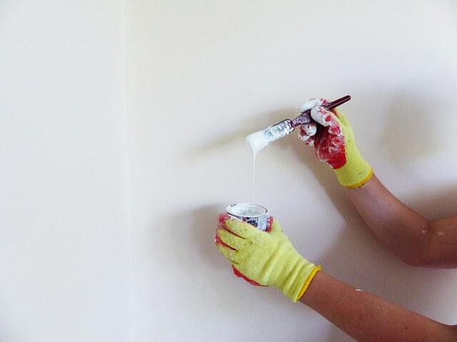 白く壁塗り