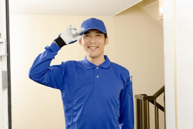 青い服を着た業者