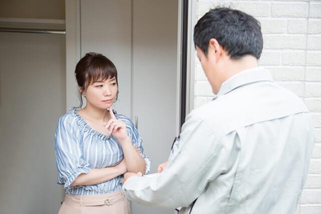 業者と相談する女性