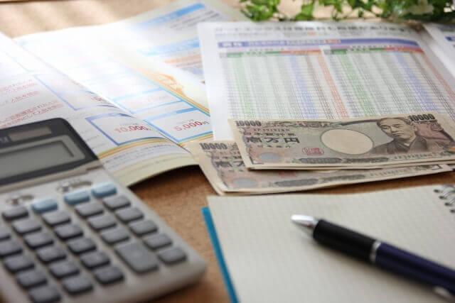 電卓とペンを使って料金を計算