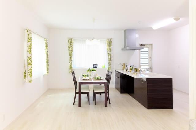 白い部屋のキッチンと窓