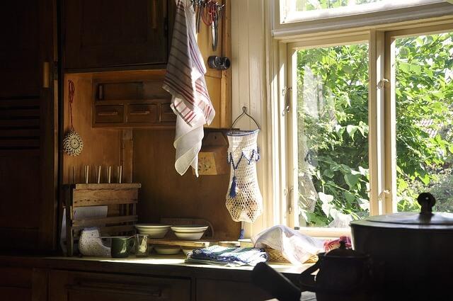 散らかったキッチンと窓