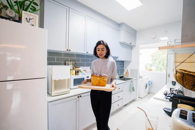 料理を持って運ぶ女性