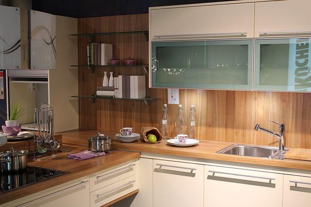 L字型の少し暗いキッチン