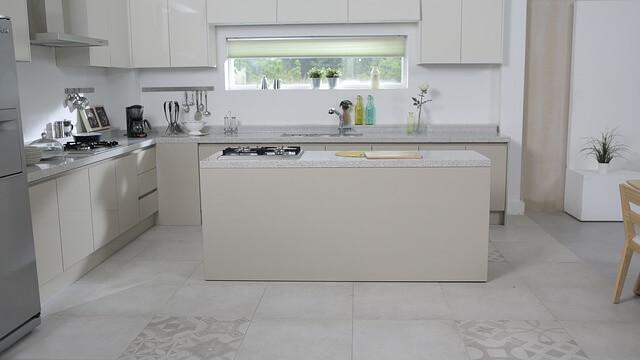 白を基調としたダイニングキッチン