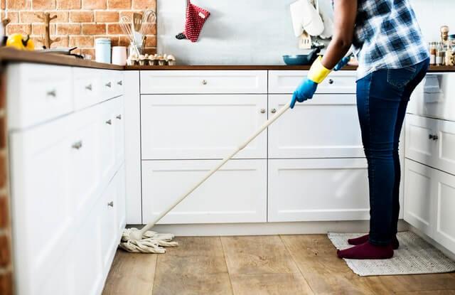 U型のキッチンを掃除する