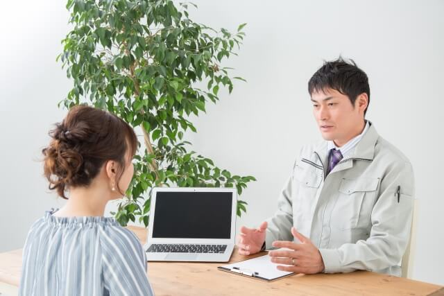 業者と話し合う女性