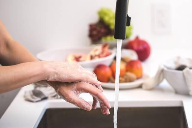 キッチンで手を洗う