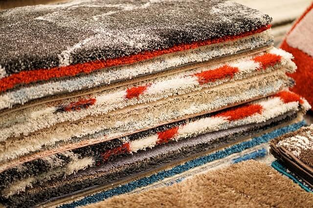 積まれたカーペット