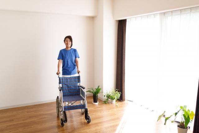 車椅子を押す女性