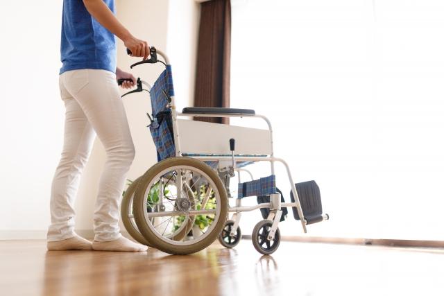 車椅子を押す介護