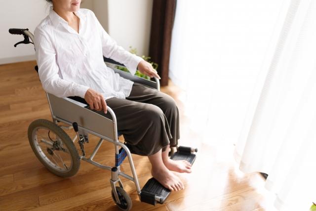 車椅子に座る女性