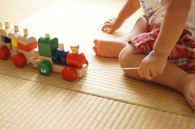 畳で遊ぶ子ども