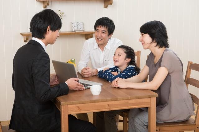 業者に説明を受ける家族