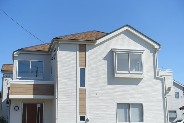 白い家に茶色の屋根