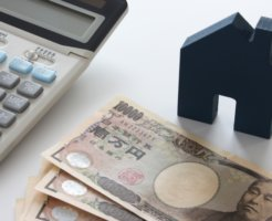 電卓とお金と家のおもちゃ